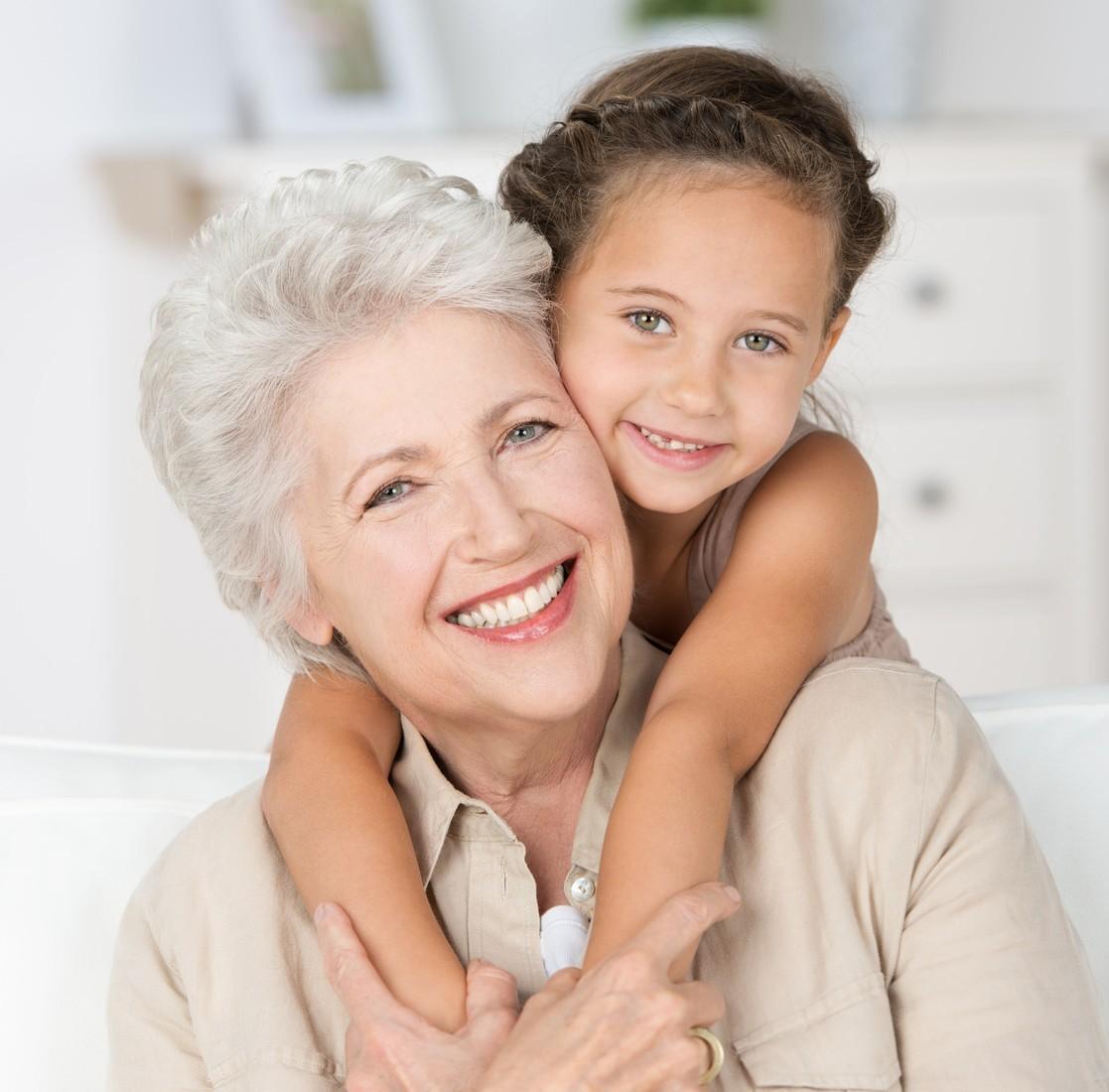 enkelin umarmt ihre oma